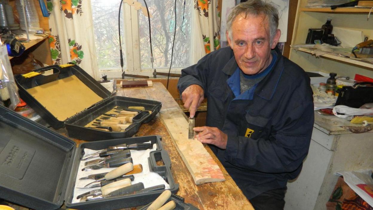 Рамы для зеркал и кровать. Что выпилил из дерева 66-летний житель воронежской глубинки