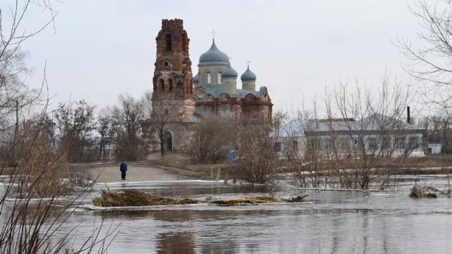 В грибановском селе Нижний Карачан разлившаяся река изолировала две сотни домов