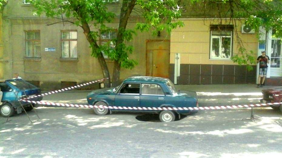 Фрагмент довоенной трубы в Воронеже заменили после провала машины в асфальт