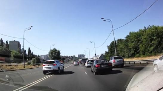 В Воронеже водителя кроссовера оштрафовали по видео за выезд на «встречку»