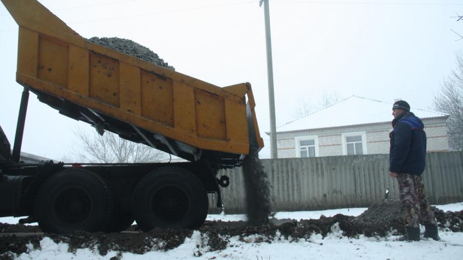 В лискинском селе Залужное грунтовые дороги укрепили щебнем