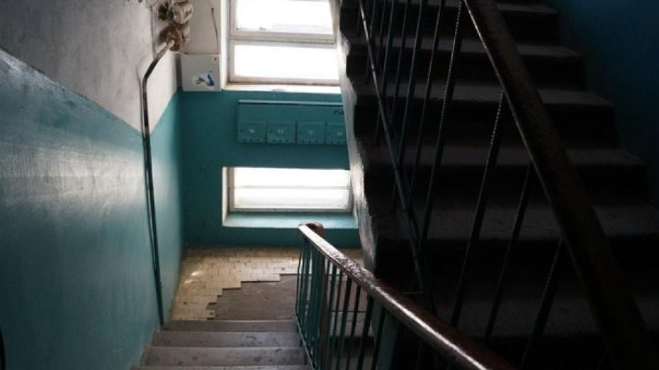 Воронежцы отыскали вподъезде многоэтажки мужское тело