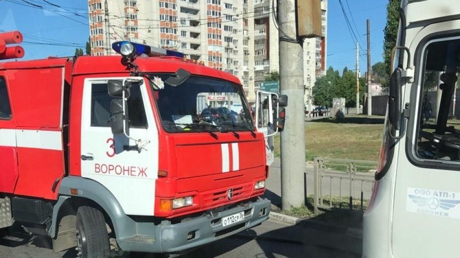 В Воронеже на улице Космонавтов загорелась маршрутка