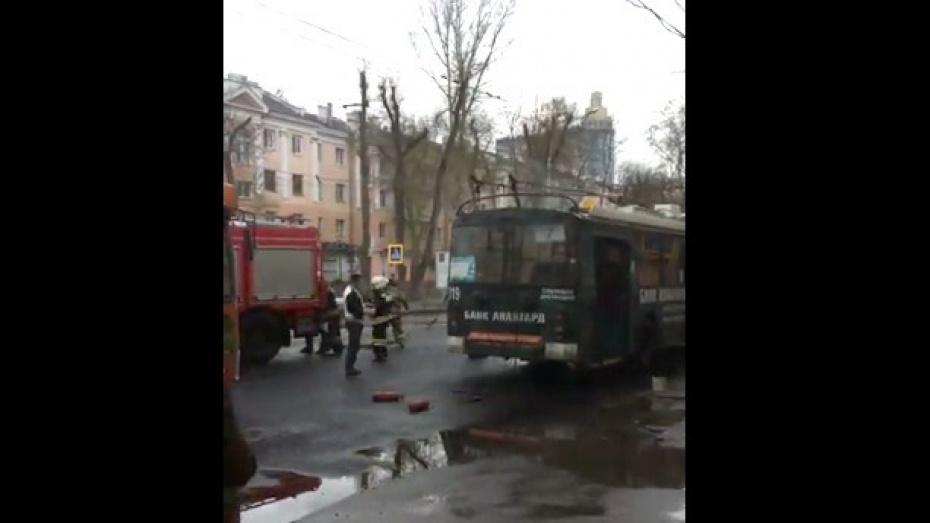 Воронежец снял на видео задымившийся троллейбус