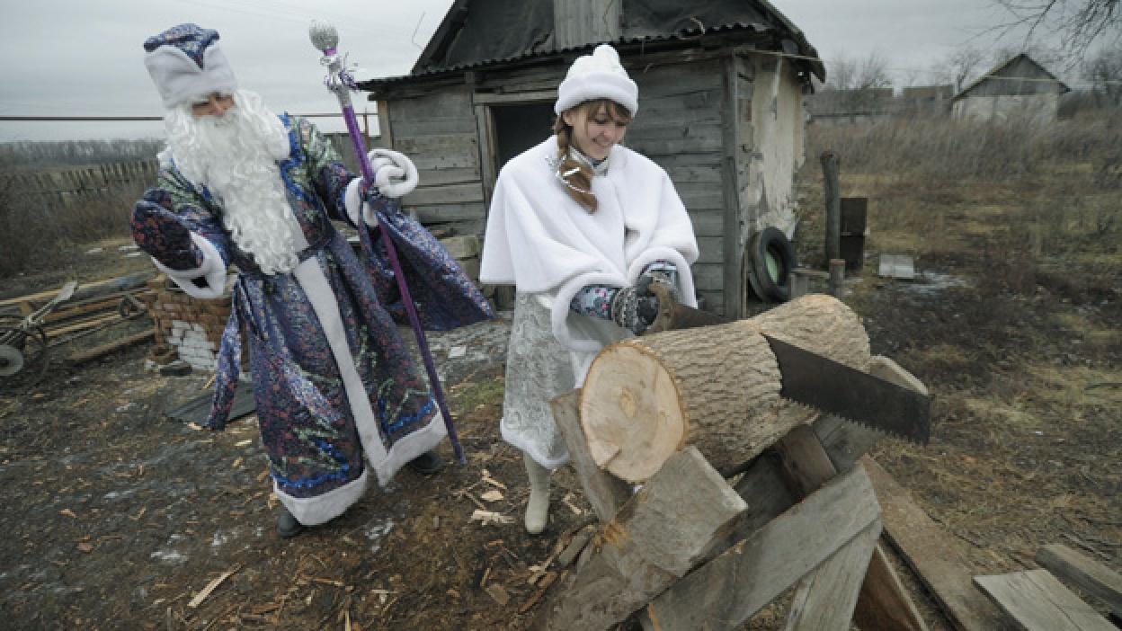 Дед Мороз поздравил с Новым годом стариков, живущих на отдаленных хуторах Воробьевского района