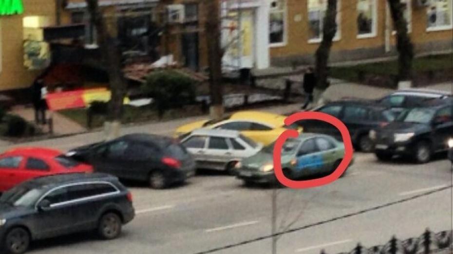 В центре Воронежа припаркованные вторым рядом машины изрисовали краской