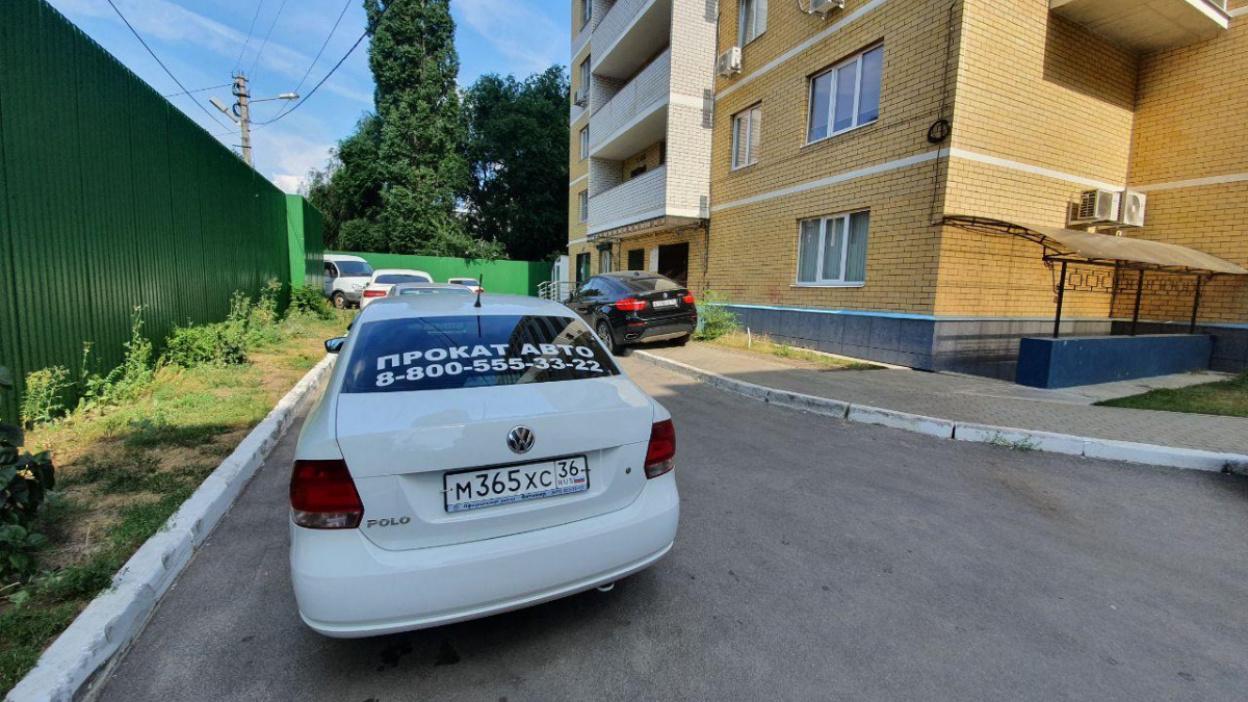 «Никто не хочет связываться». Воронежцы пожаловались на занявшие двор прокатные машины