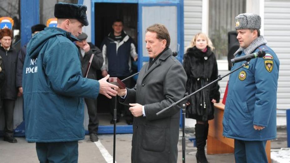 Губернатор Алексей Гордеев наградил новоусманских пожарных, спасших из огня троих детей