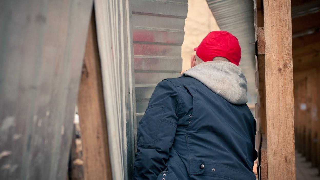 В Воронеже легенда стрит-арта Кирилл Кто искал объекты для выставки на мусорках и в подвалах