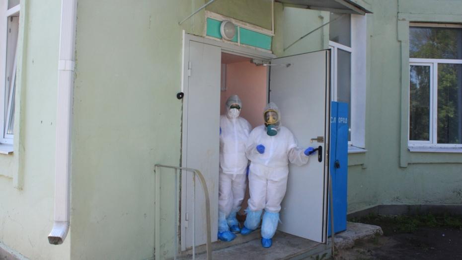 Спонсоры передали Панинской райбольнице защитные костюмы и кислородные баллоны