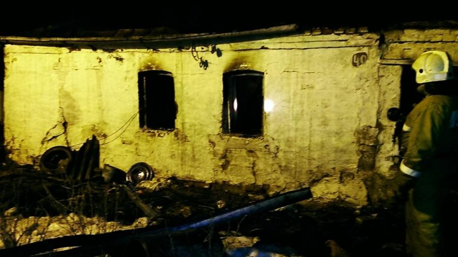 Под Воронежем двух детей и трех взрослых из горящего дома спасли соседи
