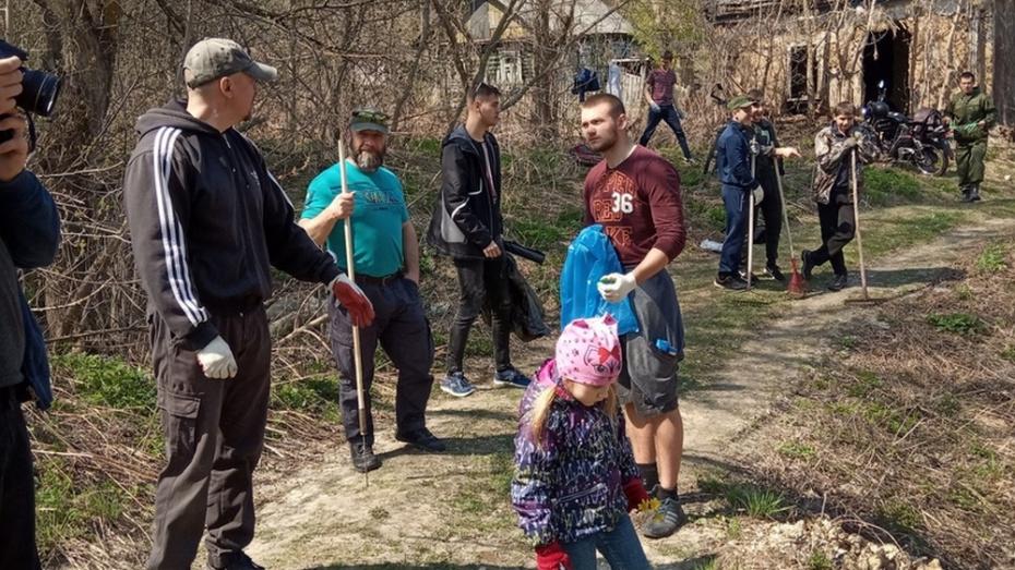 В Новохоперске спортсмены убрали несанкционированную свалку в микрорайоне Крым
