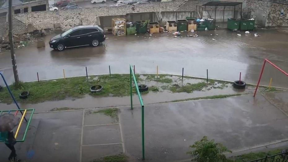 Момент падения стены на автомобили платной стоянки в Воронеже попал на видео