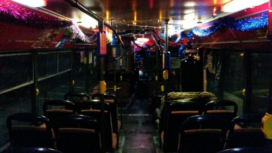 Воронежцы пожаловались на гирлянду и мишуру в автобусе №90