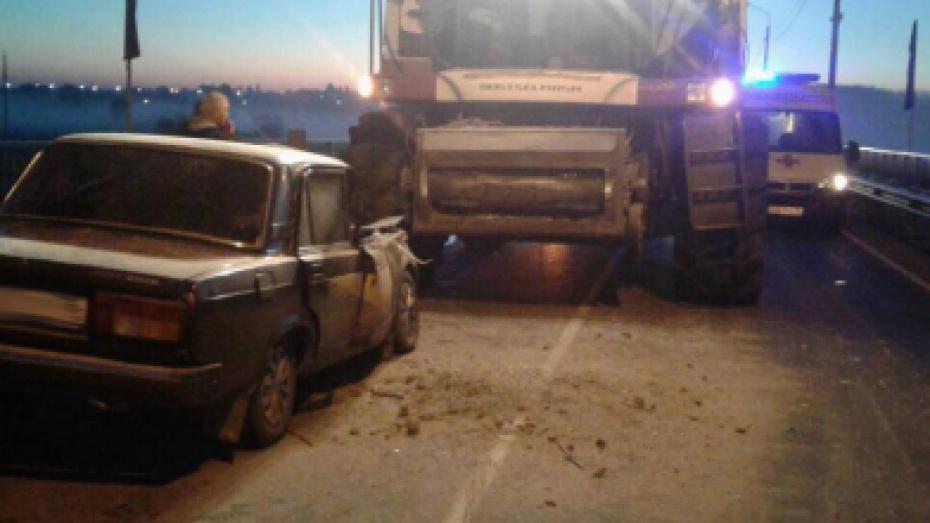 В Воронежской области 2 человека пострадали в ДТП с зерноуборочным комбайном