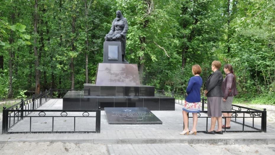 В селе Щучье отремонтировали мемориал «Скорбящая мать»