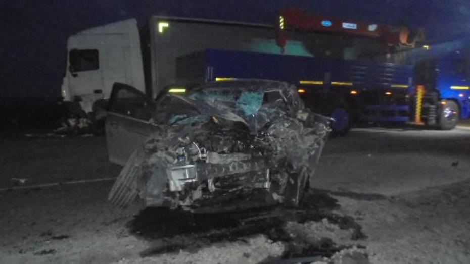 В Воронежской области на «встречке» столкнулись Ford Focus и фура: 2 погибших
