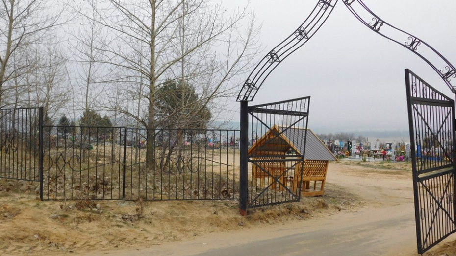 В поселке Новохоперский активисты благоустроили кладбище