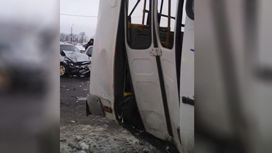 «Лада Гранта» влетела впассажирский автобус: среди пострадавших учитель ВГУ
