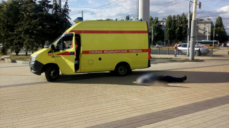 Возле торгового центра в Воронеже умер мужчина