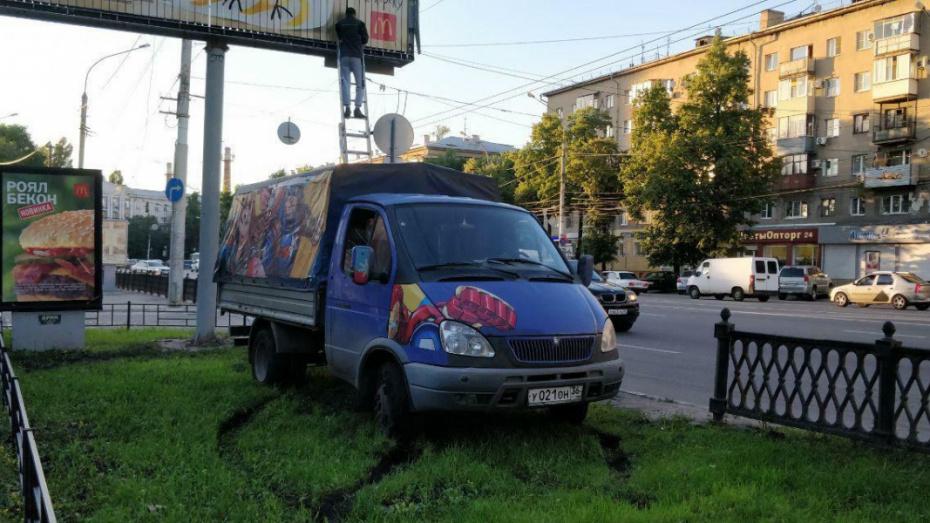 В Воронеже водитель «Газели» разворотил газон