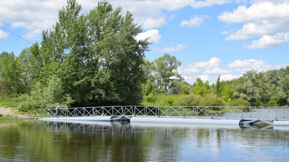 В Борисоглебске установили отремонтированный понтонный мост через реку Ворону