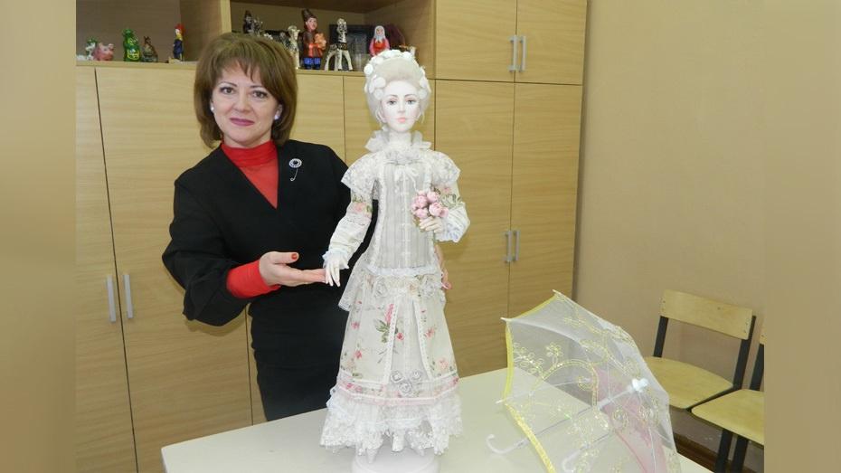 Острогожская художница создала куклу по образу дамы XVIII века