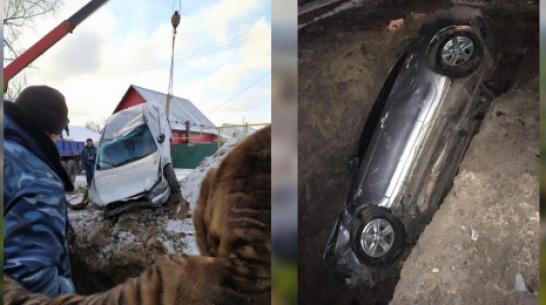 В Воронежской области Mitsubishi Lancer целиком провалился в яму