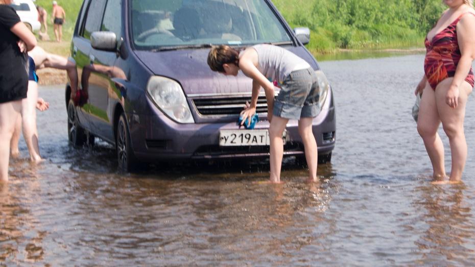 За мойку машины у реки или во дворе многоэтажки воронежцам грозит штраф до 10 тысяч рублей