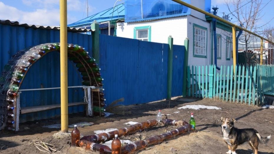 Житель Павловского района использует пустые бутылки для строительства