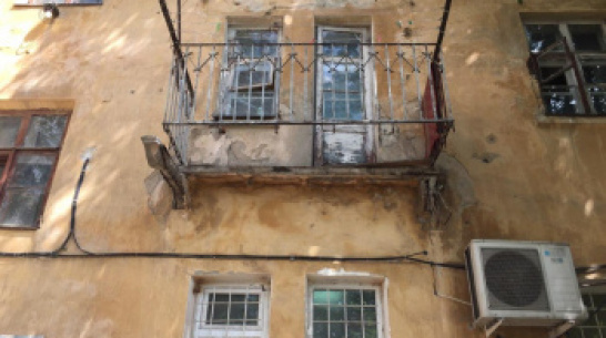 В Воронеже аварийный балкон рухнул вместе с женщиной