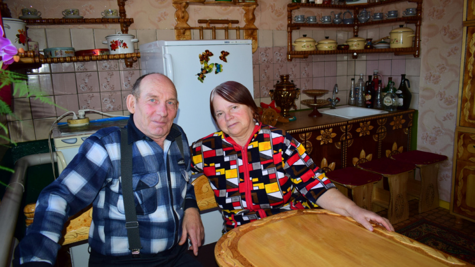 Деревянных дел мастер. Житель Воронежской области обставил дом мебелью ручной работы