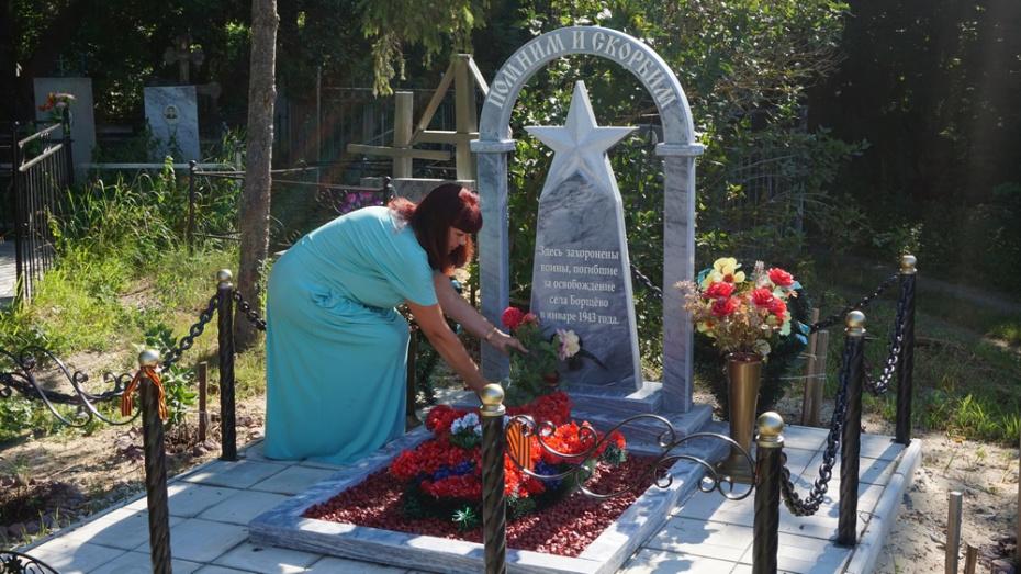 Уроженка Хохольского района отремонтировала памятник погибшим красноармейцам