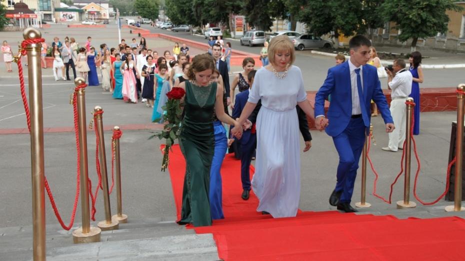 Более 10 выпускников Богучарского района получили медали за успехи в учебе