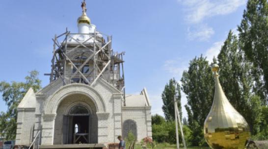 В новоусманском поселке установили купола с крестами на храме Казанской иконы Божией матери