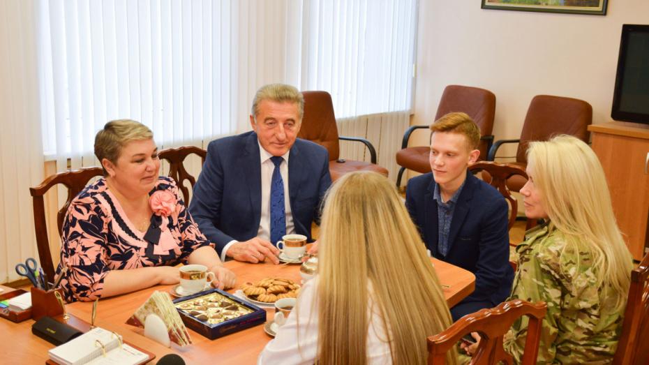 Сенатор от Воронежской области встретился с подростком-героем