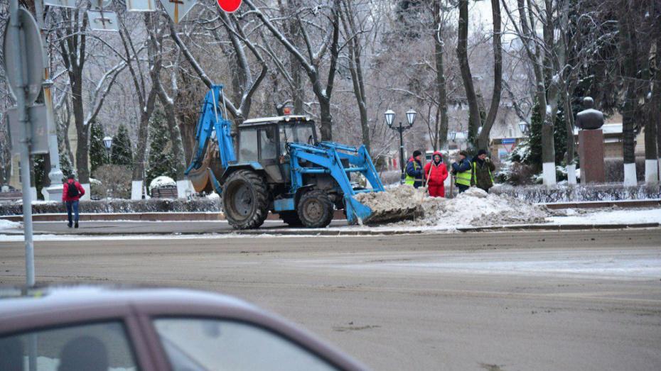 Для очистки воронежских дорог закупили новую технику и наняли больше дворников