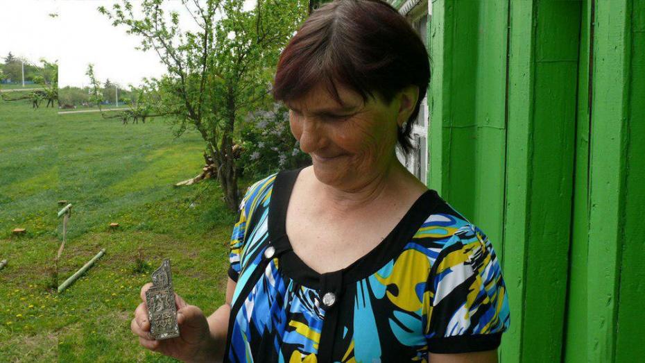 Жительница Грибановского района нашла в огороде нательную икону