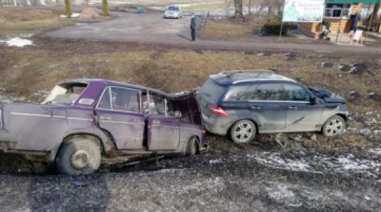 В Воронежской области иномарка врезалась в «шестерку»: 2 человека пострадали