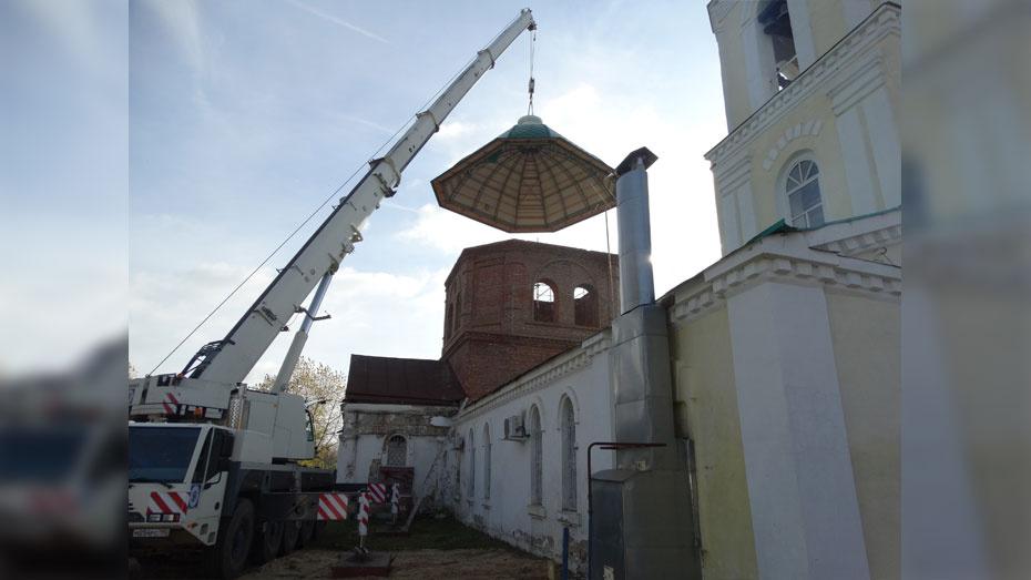 В Петропавловке на храме установили купол и крест