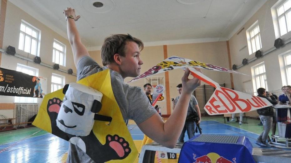 На чемпионат по запуску бумажных самолетиков отправятся три воронежца