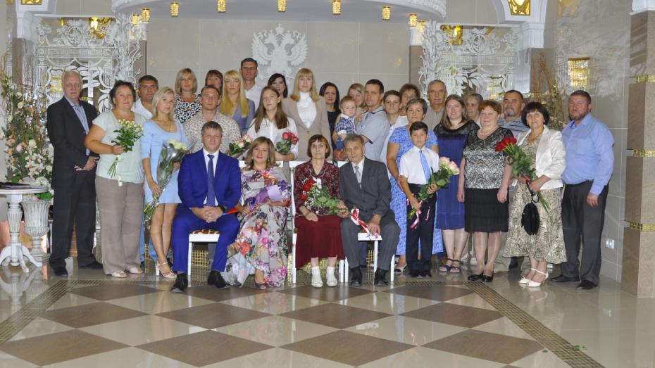 Сенатор от Воронежской области поздравил юбиляров супружеской жизни в канун Дня города