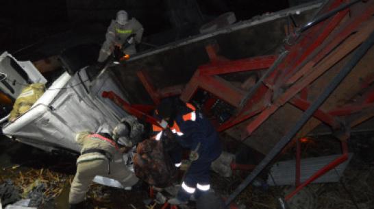 Не выдержал веса. Что известно об обрушении моста под 2 грузовиками в Воронежской области