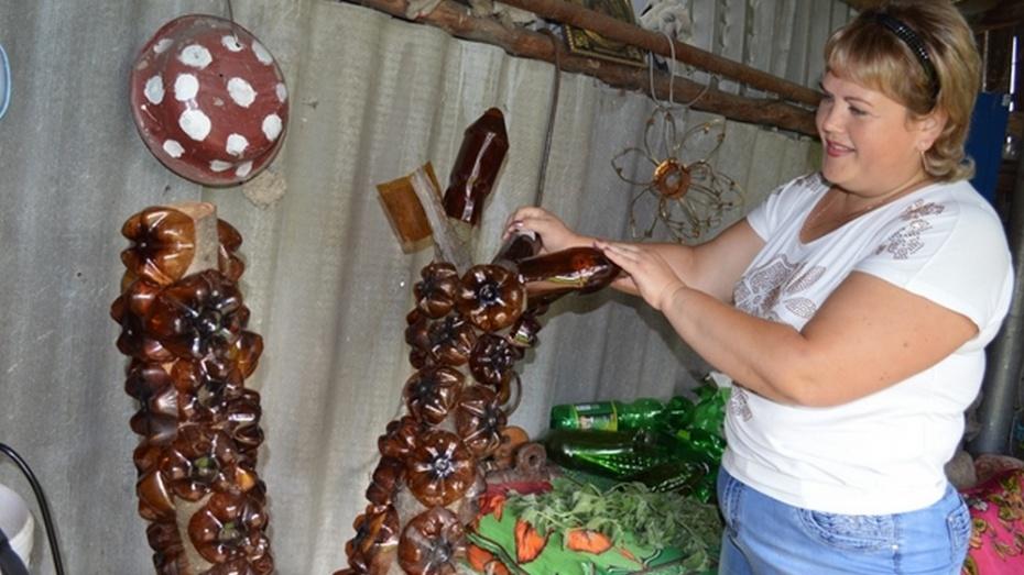 Новоусманская мастерица сделала ежей из цемента и пчел из бутылок