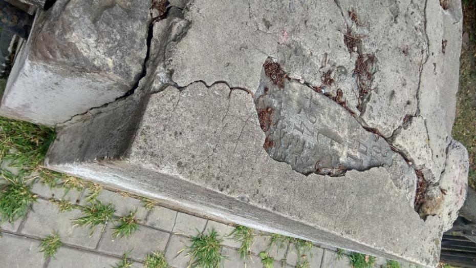 В сквере в центре Воронежа нашли дореволюционные могильные плиты