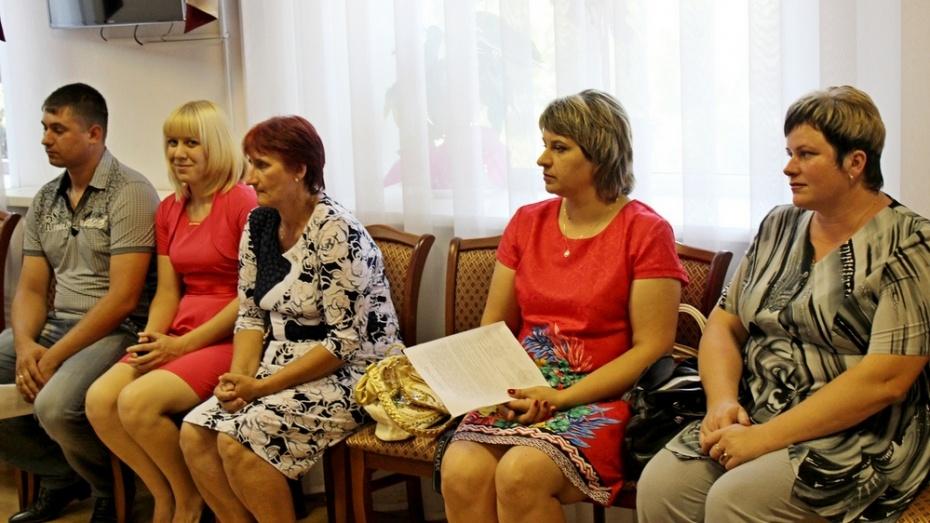 Таловские семьи получили сертификаты на строительство жилья
