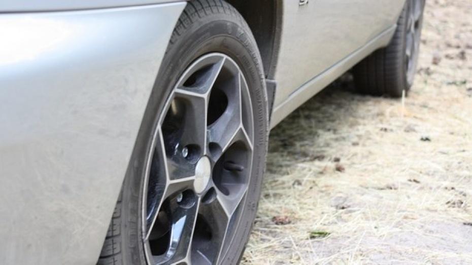 Воронежец порезал колеса соседу, который неправильно парковался