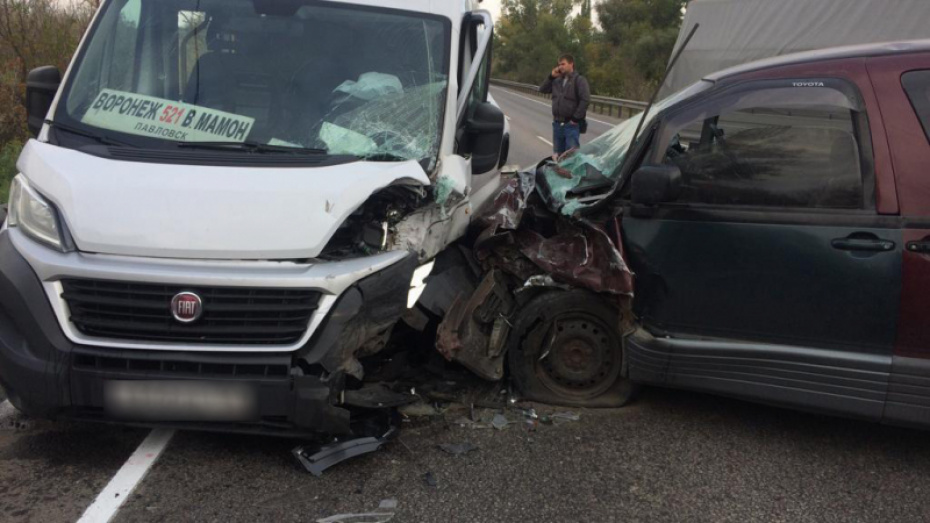 В Воронежской области столкнулись легковушка и рейсовый микроавтобус: 4 пострадавших