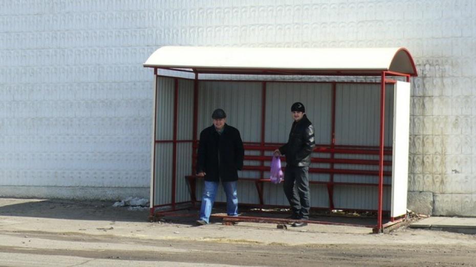 В Верхнем Мамоне автобусные остановки оборудовали современными павильонами