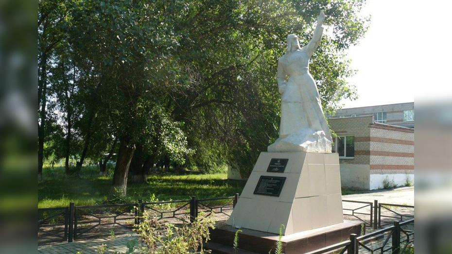 В грибановском селе Верхний Карачан на братском захоронении установят новую скульптуру